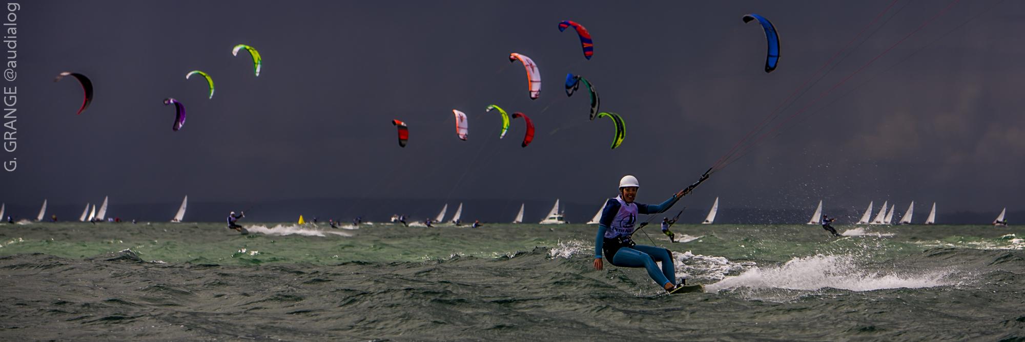 Kite surf sur fond sombre et voiles au Grand Prix Petit Navire 2008