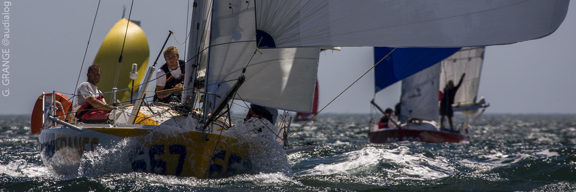 Voiliers Classe Mini 6.50 Sous Spi Skipper en action lors de la course au large